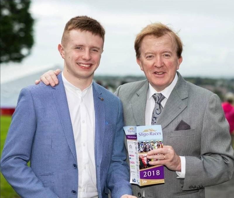 前愛爾蘭友台小組主席派瑞(右)的20歲兒子朱德派瑞(左)表示,很榮幸能在推動愛爾蘭在台設立代表處的議題上貢獻一己之力。(圖擷取自推特_@JudePerrySL)