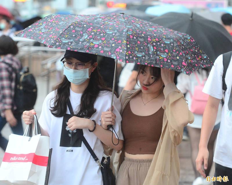 中央氣象局指出,今天(22日)受到東北風及颱風外圍環流影響,基隆北海岸及大台北山區有局部大雨或豪雨,宜蘭、花蓮、台東地區及恆春半島有局部大雨。(資料照)