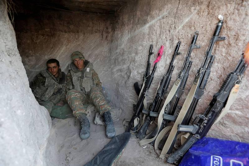 南高加索國家亞美尼亞與亞塞拜然在納卡地區爆發的武裝衝突至今戰火未歇,兩次停火協議均告失敗,地區緊張情勢持續升高,已造成近千人死亡。圖為正在休息的納卡士兵。(路透)