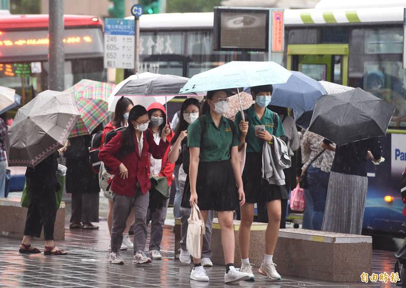 氣象局於今上午8點針對基隆及新北發布大豪雨特報,包含基隆北海岸有局部豪雨或大豪雨,大台北山區有局部大雨或豪雨,宜蘭地區有局部大雨發生的機率。(資料照)