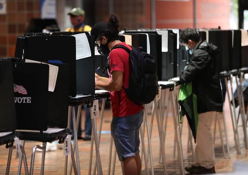 2020年美國總統大選提前投票現正如火如荼舉行中,圖為邁阿密州透過親自到場投票方式參加提前投票的選民。(法新社)