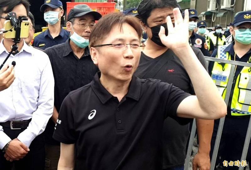 圖為詹江村於今年6月8日「蛋洗」桃園市議員王浩宇的服務處。(資料照)