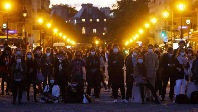 法國各地連日有集會悼念被殺教師。(法新社)