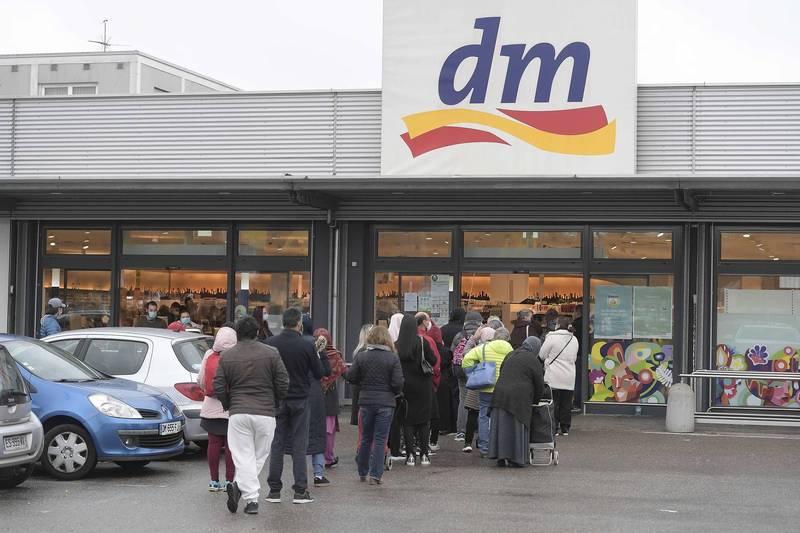 德國凱爾一處超市不少消費者排隊要進入購物。(法新社)