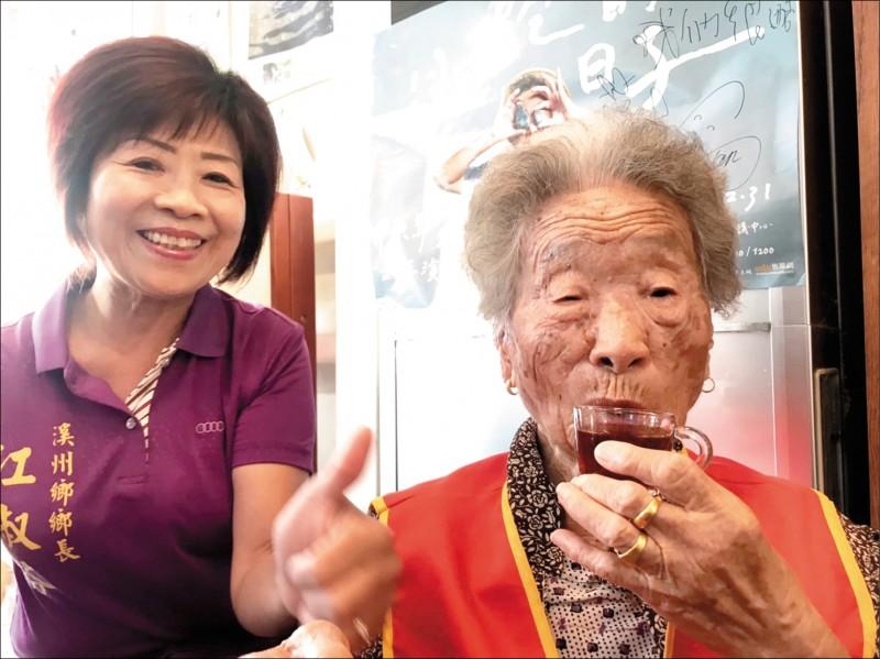 107歲的劉廖淨養生秘訣就是「不挑食」,最愛吃雞腿。(記者顏宏駿攝)