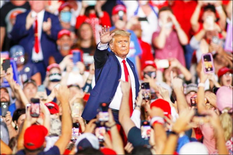 美國總統川普廿一日在北卡羅來納州加斯托尼亞舉辦造勢大會,現場萬頭攢動。 (法新社)