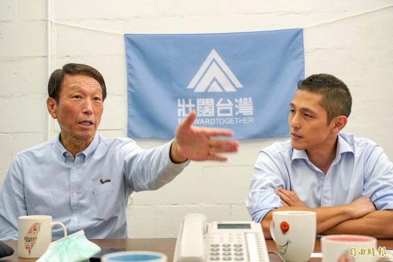 前參謀總長李喜明(左)與「壯闊台灣」創辦人吳怡農(右)。(記者涂鉅旻攝)