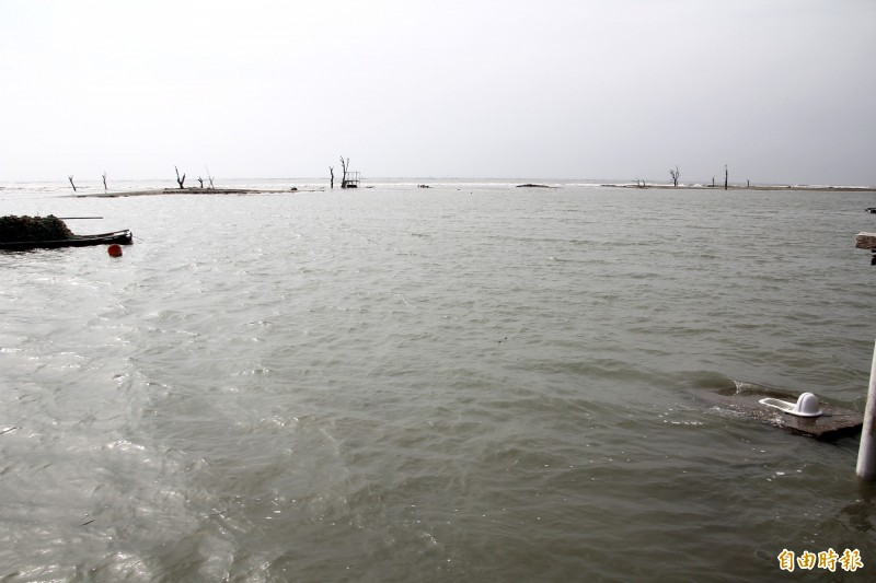 白水湖壽島海岸旁一處「台灣最美馬桶」,滿潮時也在海水中。(記者林宜樟攝)