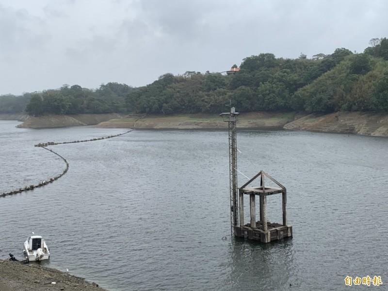 這兩天雖有降雨,但苗縣明德水庫水量進帳零,水情仍然吃緊。(記者張勳騰攝)