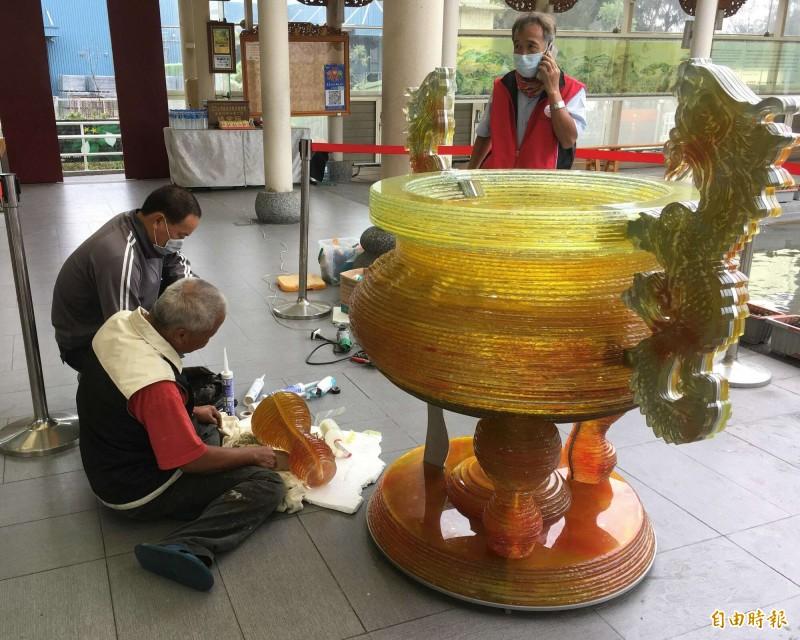 台灣護聖宮玻璃廟重達1200台斤的琉璃香爐今天首度曝光,師傅正在做最後的收尾。(記者湯世名攝)
