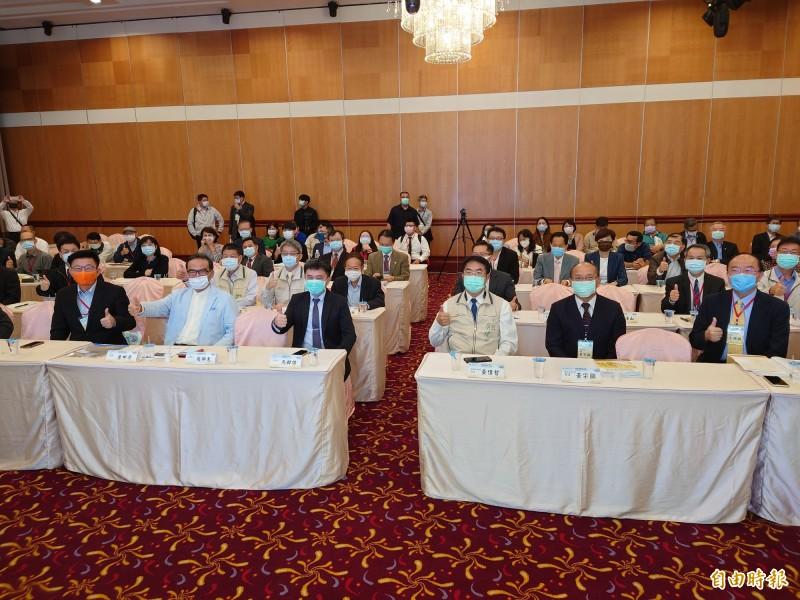 2020台灣公共行政與公共服務系所聯合會年會,今天在台南長榮桂冠酒店登場,台南市長黃偉哲(右3)到場與會。(記者洪瑞琴攝)