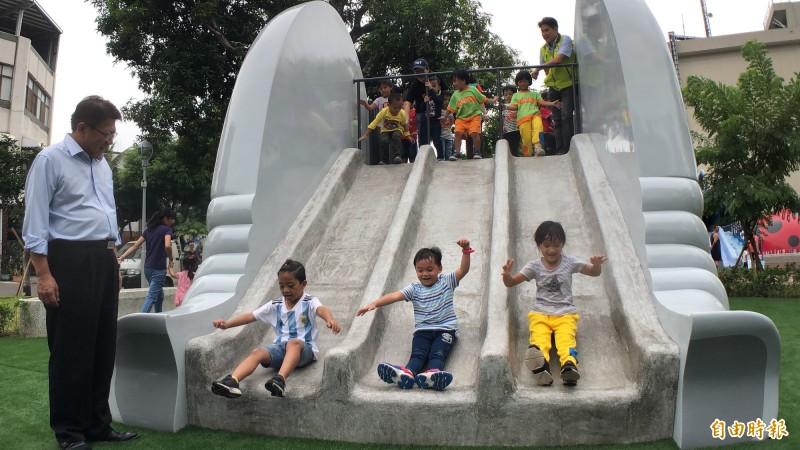 大象溜滑梯好玩。(記者羅欣貞攝)