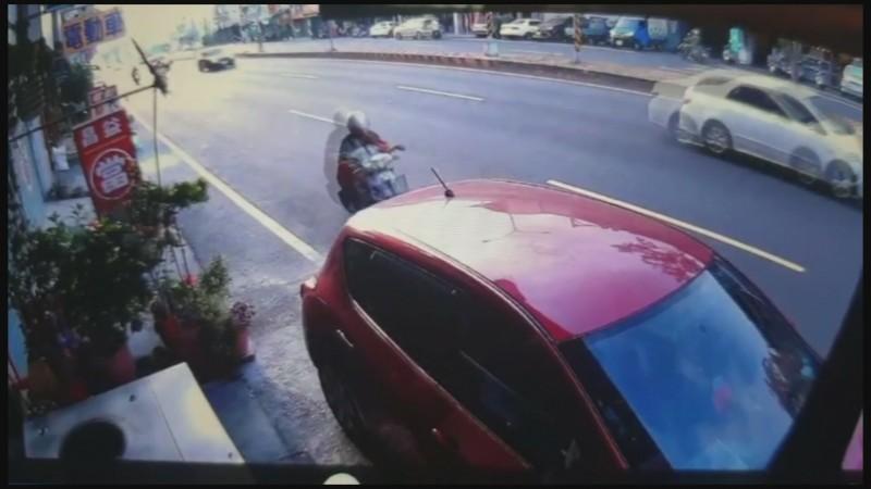 彰化市彰南路段本月21日早上發生女騎士不知何故突然自撞路旁轎車的摔車意外。(記者張聰秋翻攝)