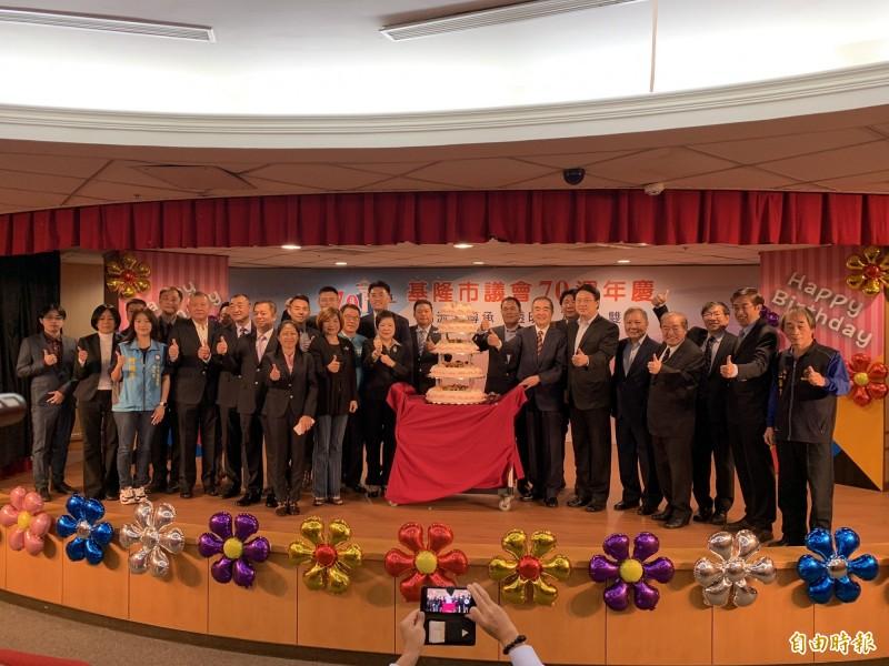 基隆市長林右昌(右6)與全體議員一同切下生日大蛋糕,祝福基隆市議會70週年生日快樂。(記者林欣漢攝)