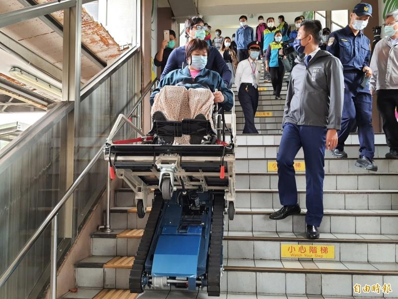新竹市政府與台鐵局合作提供身障朋友無障礙的「爬梯機服務」。(記者洪美秀攝)