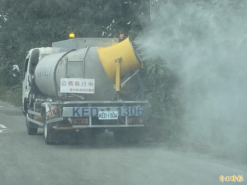 灑水車在濁水溪防汛道路噴灑水霧,降低揚塵危害。(記者詹士弘攝)