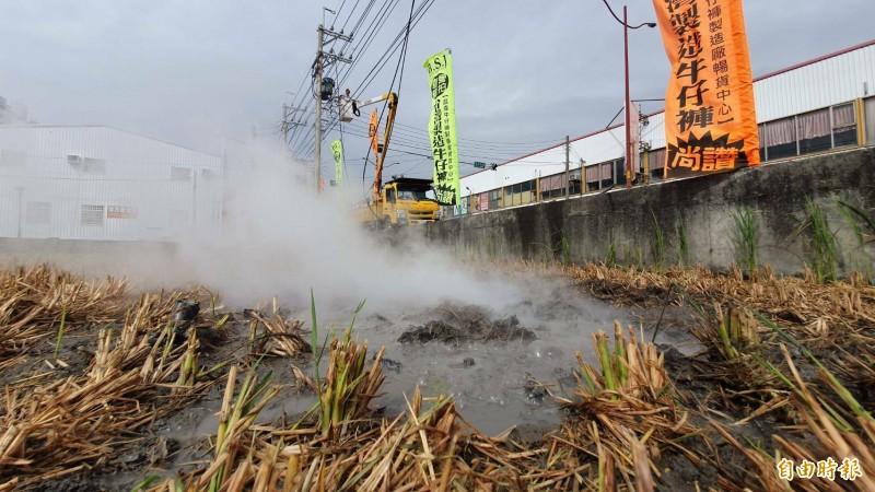 稻田不斷冒出濃煙。(記者張聰秋攝)