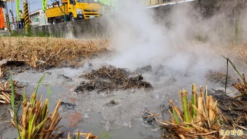 休耕稻田被斷落的高壓電線起火燃燒,泥土沸騰成泥漿。(記者張聰秋攝)