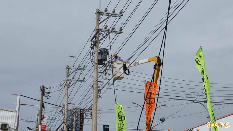 台電派員緊急搶修被強風吹斷高壓電線。(記者張聰秋攝)