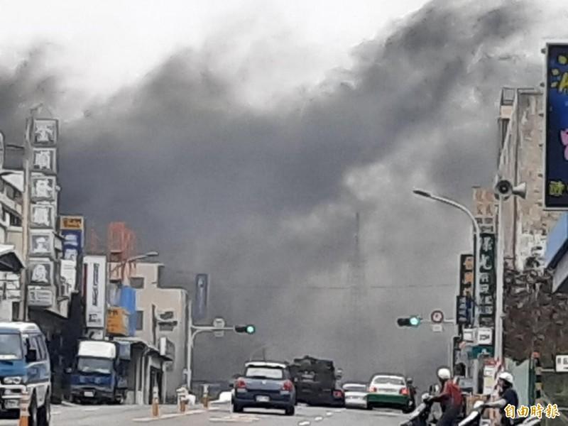 馬公市西文里發生民宅外汽車火警,204號縣道濃煙蔽日。(記者劉禹慶攝)