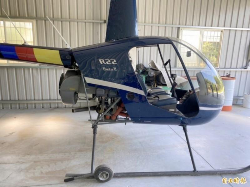 南投檢警調查直升機偷飛案,其中一架藍色R22直升機被查扣。(資料照)