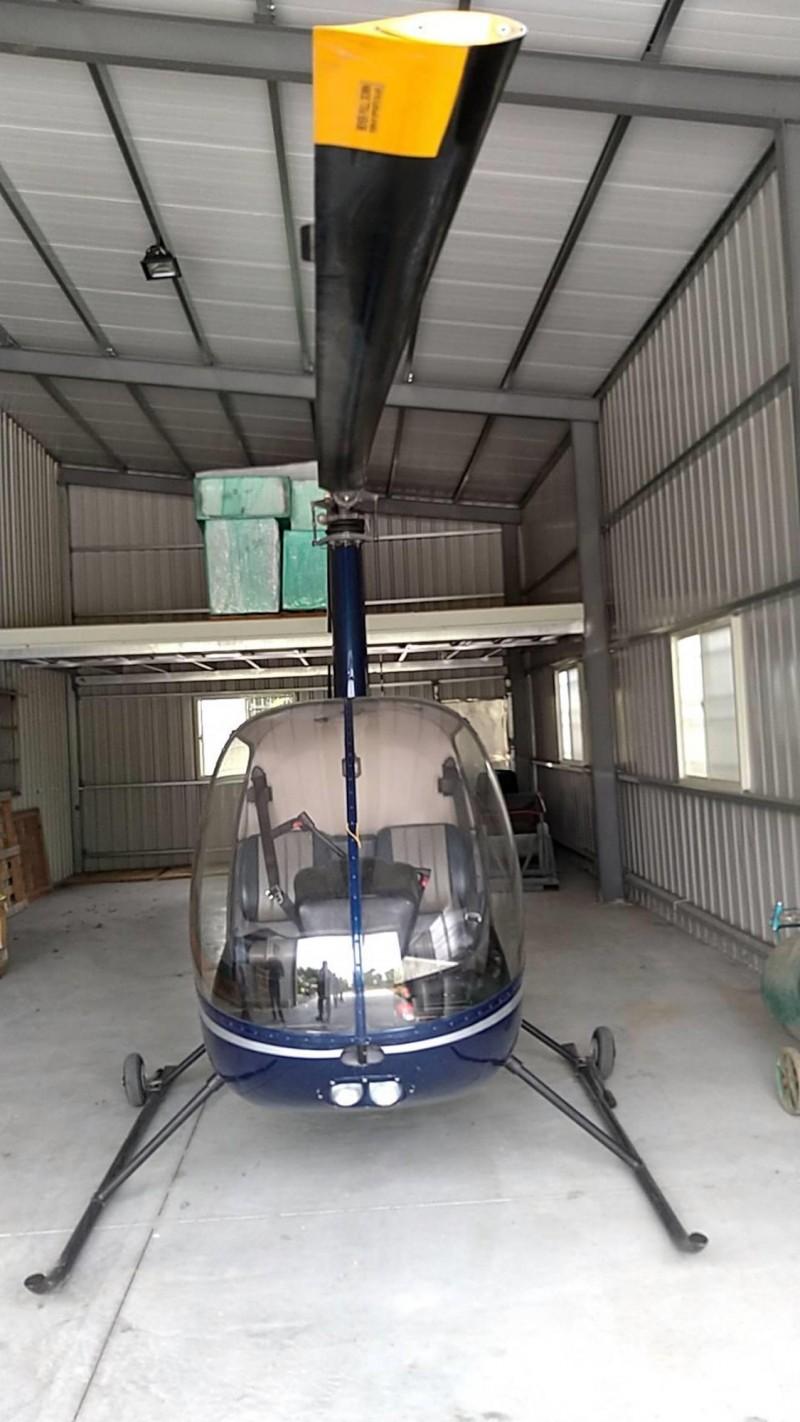 名間鄉「廖董」擁有的Robison R22 Beta Ⅱ型2人座直升機,檢察官已查扣該機,另有所謂的兩架直升機,其實1架是尚未組裝完成的半成品,1架是外觀破損裡面設備殘缺的R22。(南投地檢署提供)