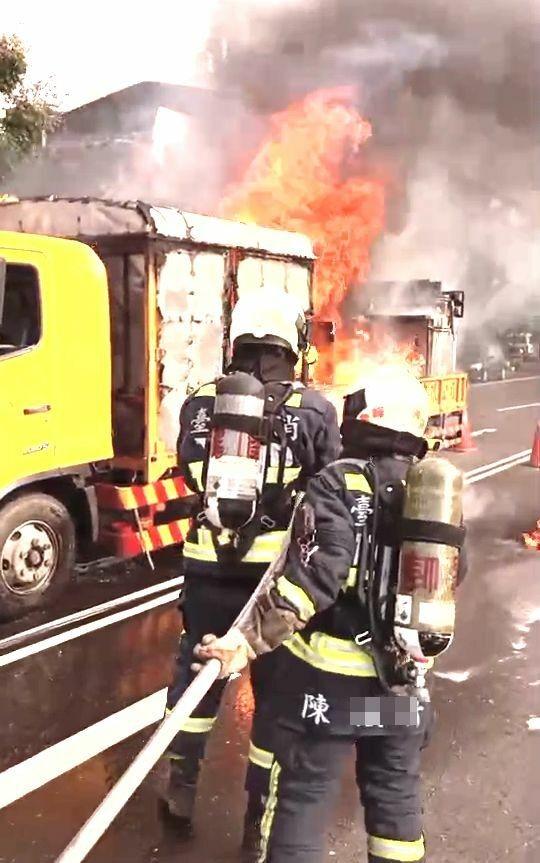 一輛道路標線工程車,行經霧峰林森路、福新路口起火燃燒,並引燃車上5桶瓦斯,火勢猛烈相當嚇人。(記者陳建志翻攝)