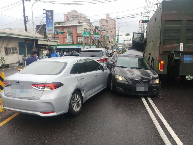 小客車遭撞擠成一團。(記者許倬勛翻攝)