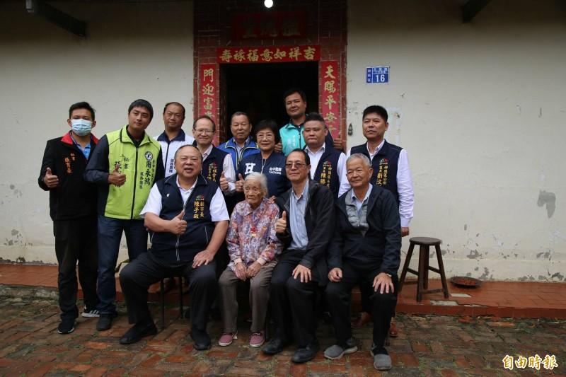 台中市副市長陳子敬與多位官員至百歲人員王張蜜(中)家中道賀。(記者張軒哲攝)