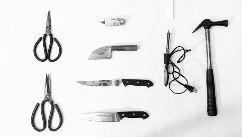警方查扣兇器多達3把水果刀、2把剪刀、1支電烙器、1支榔頭,連日光燈管也成為殺人凶器。(記者楊金城翻攝)
