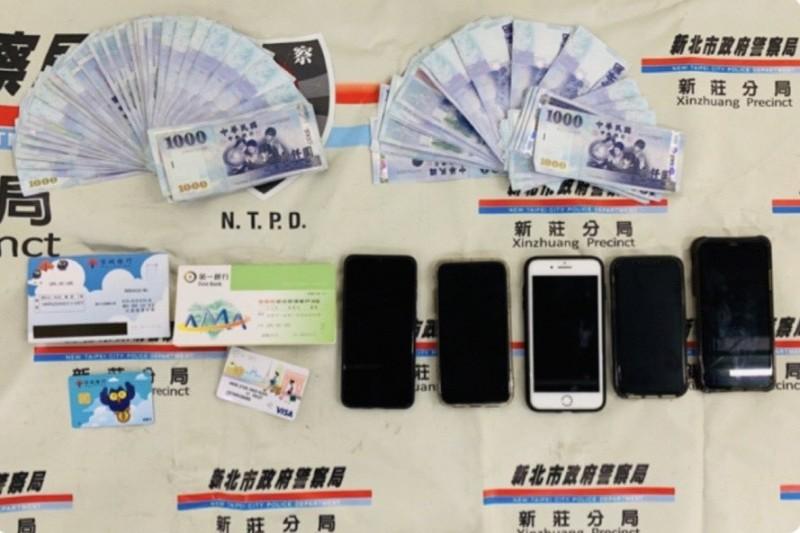 新北警新莊分局逮獲6名詐騙集團嫌犯,起出贓款、手機等證物,連孔子後代都受騙25萬。(記者吳仁捷翻攝)