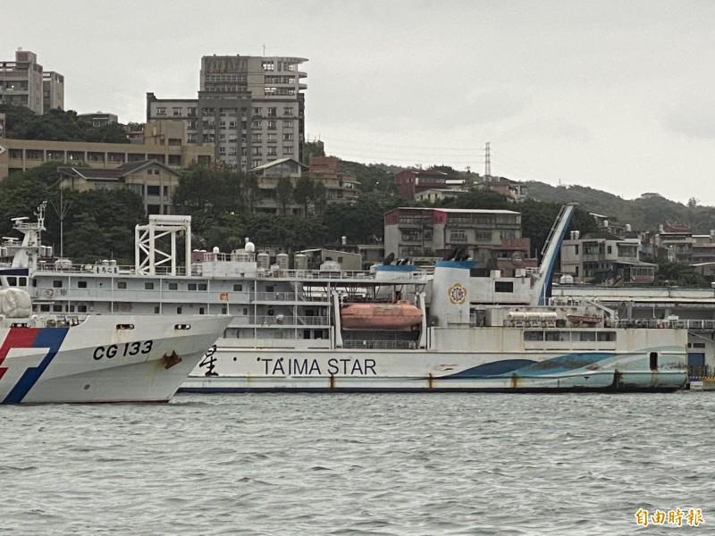 受到強烈東北季風影響,負責台灣到馬祖間的台馬之星交通船,從本月4日起停航迄今,負責台馬之星交通船票務工作的新華公司表示,依照海象評估,24日應該可以開航。圖為停靠在基隆港西岸碼頭的台馬之星交通船。(記者俞肇福攝)