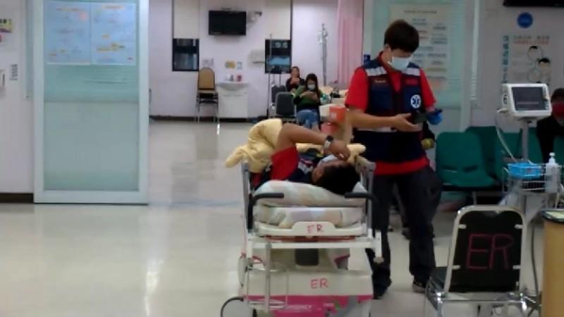尤姓消防隊員救人意外遭虎頭蜂螫叮,被送往台東馬偕醫院急救。(記者陳賢義翻攝)