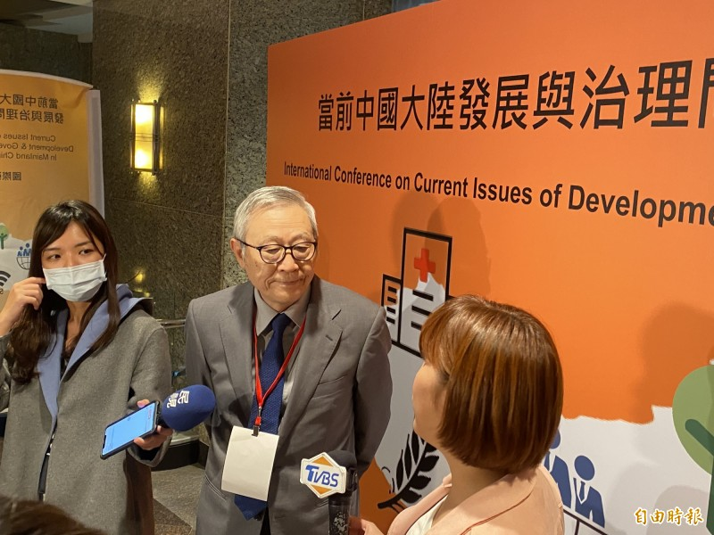 淡江大學中國大陸研究所榮譽教授趙春山今出席「當前中國大陸發展與治理問題」國際研討會,並接受媒體訪問。(記者吳書緯攝)