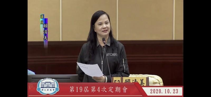 縣議員賴清美聲援同黨議員,希望縣長王惠美做好笑容迎人的示範,不要讓官員學壞,對民進黨議員講話態度都很不客氣。(圖擷取自議會直播)