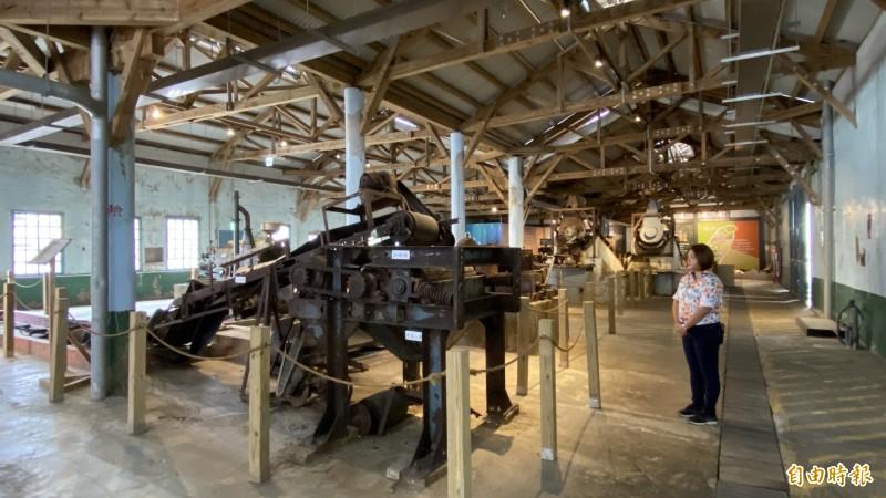 北門洗滌鹽觀光工場展示過去洗鹽、加碘等老機器。(記者楊金城攝)