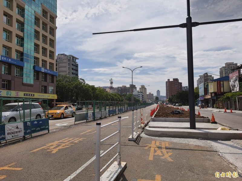 新竹市政府24日起進行東大路刨鋪工程,部分路段與時段會封閉,請用路人注意,小心通行。(記者洪美秀攝)