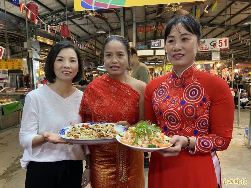 泰國老師馬秀君(中)、越南老師阮氏金歡(右)屆時會到場教學如何料理。(記者蔡昀容攝)