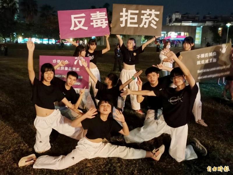 嘉義高商跆拳道社跨領域參加嘉義市「拒菸反毒,青春無敵飆舞大賽」。(記者林宜樟攝)