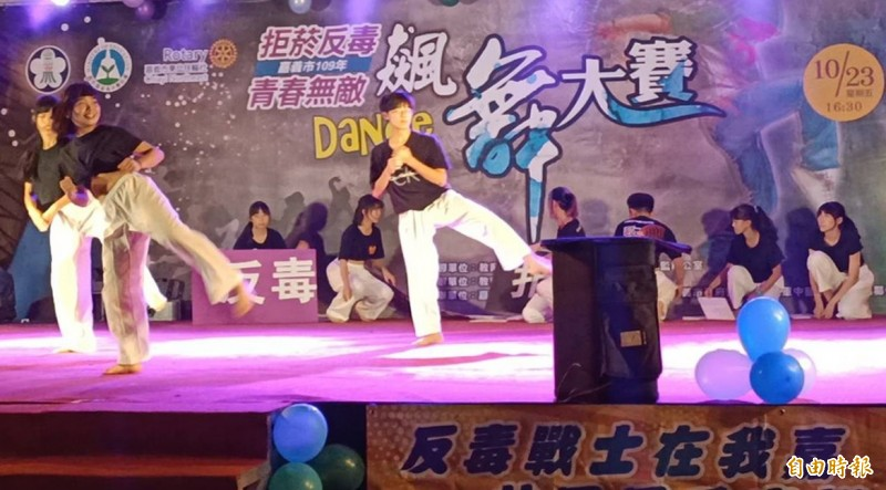 嘉義高商跆拳道社參加飆舞大賽,將跆拳道動作融入舞蹈中。(記者林宜樟攝)