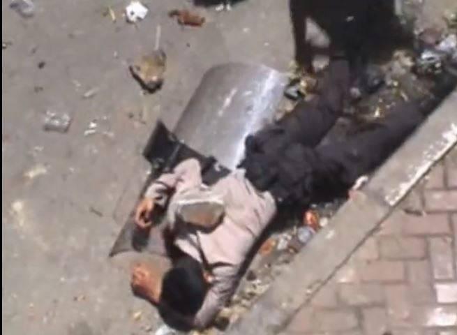 網傳影片宣稱近日泰國發生大暴動,民眾投擲石塊攻擊警察,經查證後實為2006年印尼民眾抗爭畫面。(圖擷取自Vimeo頻道 Claudio von Planta)