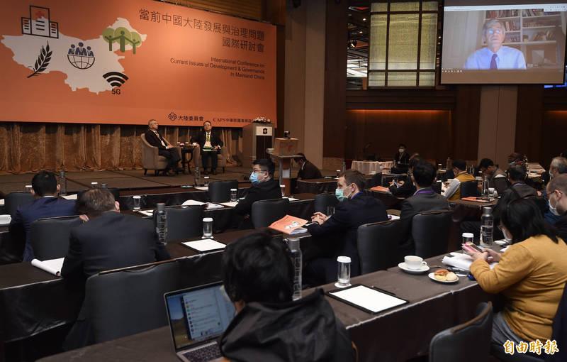 陸委會今舉辦「當前中國大陸發展與治理問題國際研討會」,前美國國務院副國務卿史坦伯格視訊演說。(記者簡榮豐攝)