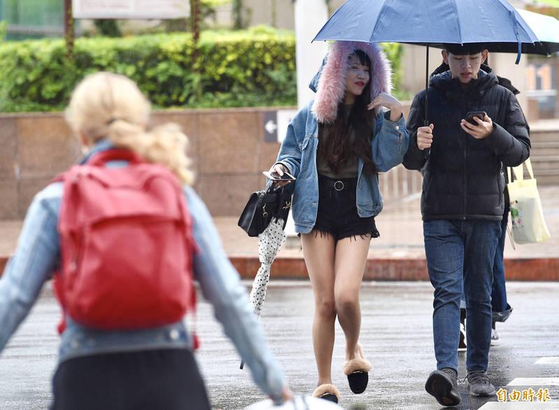 中央氣象局指出,今天(23日)受東北季風及颱風外圍環流影響,氣溫上比昨天普遍降低。(資料照)