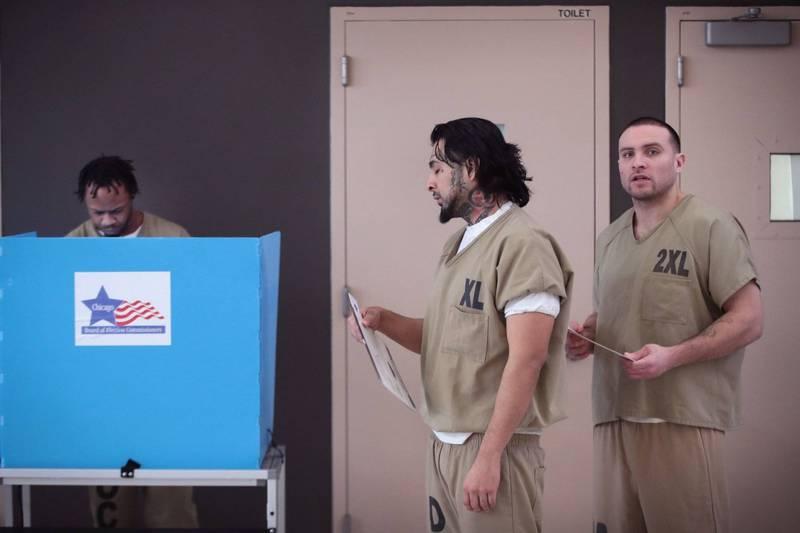 去年伊利諾州(Illinois)修法之後,監獄收容人也能在監獄中投票。圖為庫克郡(Cook County)監獄今年三月舉行的伊利諾州普選投票場面。(法新社)