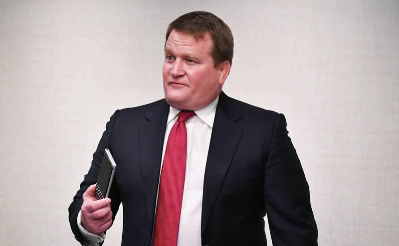 鮑布林斯基(見圖)出示手機,表示內有拜登交易證據。(法新社檔案照)