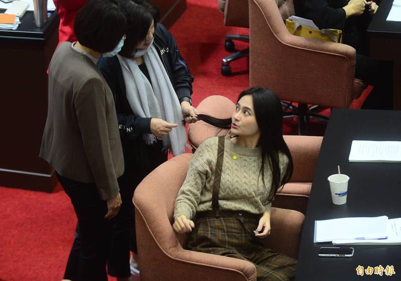 民進黨立委賴品妤接髮,議場內委員們,紛紛好奇的前來詢問並觸摸研究。 (記者王藝菘攝)