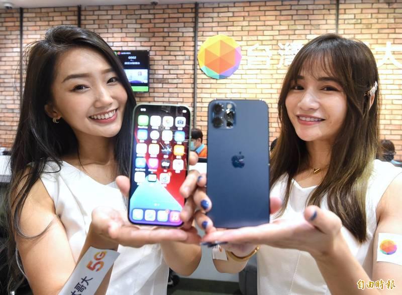 iPhone 12今天正式開賣。(記者方賓照攝)