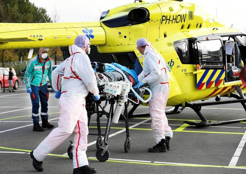 荷蘭武漢肺炎病患過多,醫院無法負荷,將兩名患者以直升機送往德國醫院。(路透)