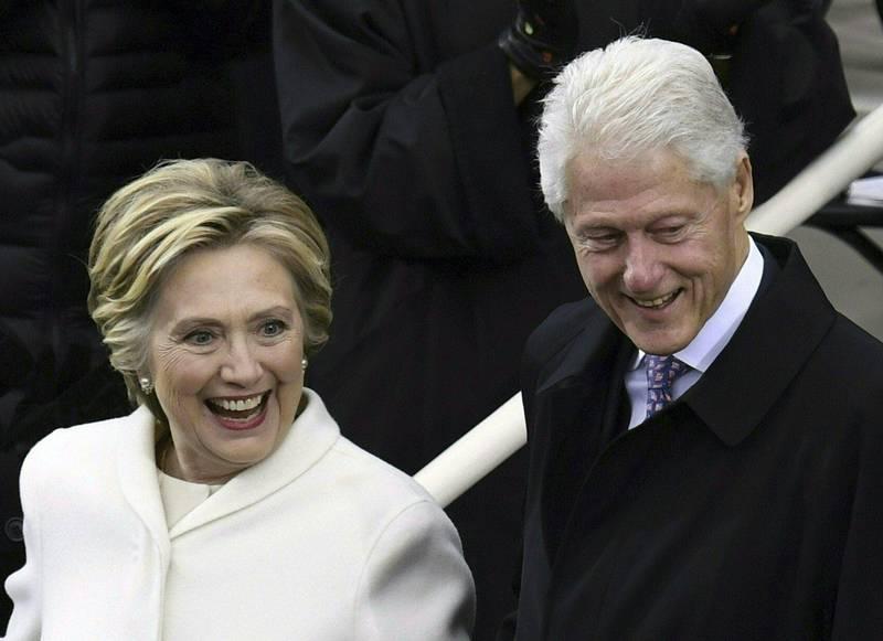 美國民主黨總統候選人拜登及其次子杭特醜聞連環爆,現在可能也燒到美國前總統柯林頓及妻子、前美國國務卿希拉蕊身上。(法新社檔案照)