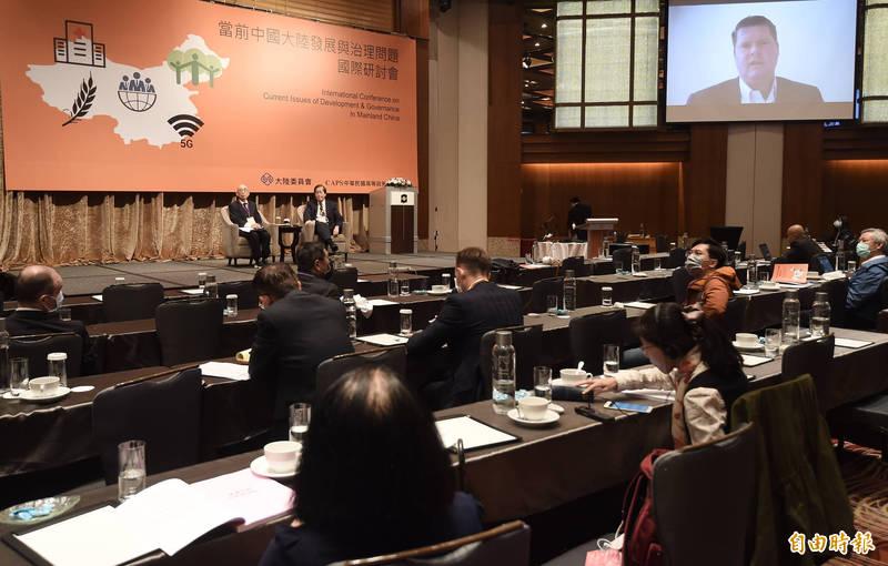 陸委會今天舉辦「當前中國大陸發展與治理問題」國際研討會,前美國國防部印太事務助理部長薛瑞福視訊演說。(記者簡榮豐攝)